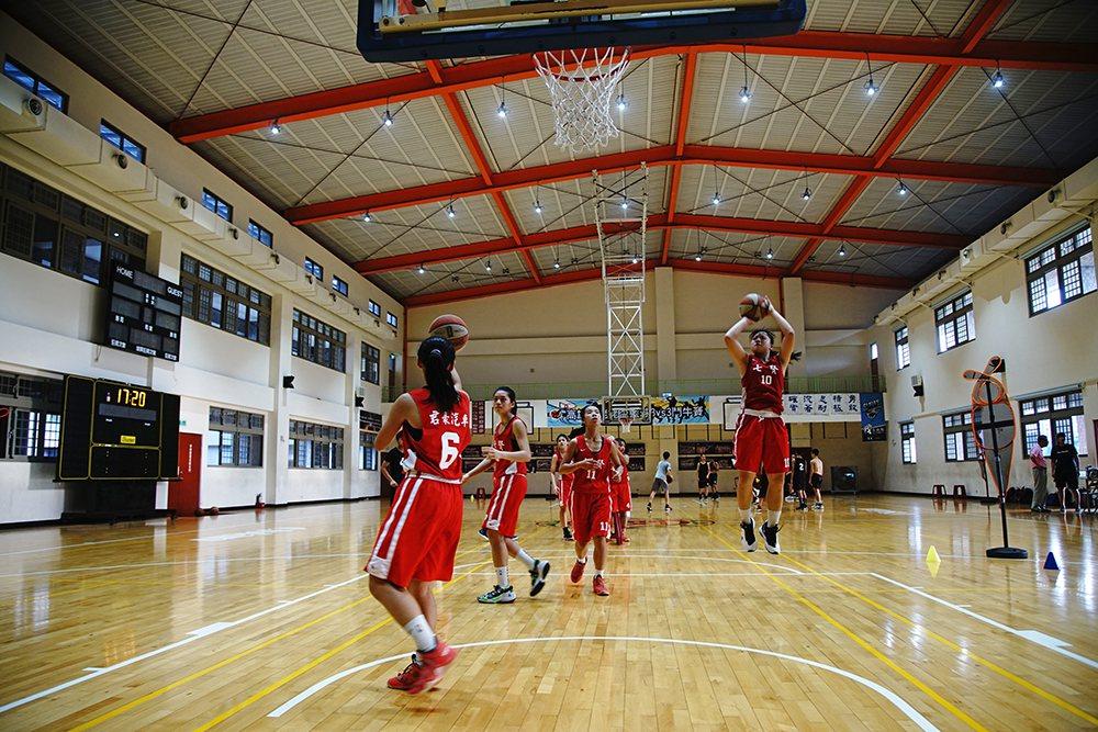 打籃球可能改變人生,許多弱勢家庭的孩子,透過籃球找到未來的不同可能。  圖/曾...