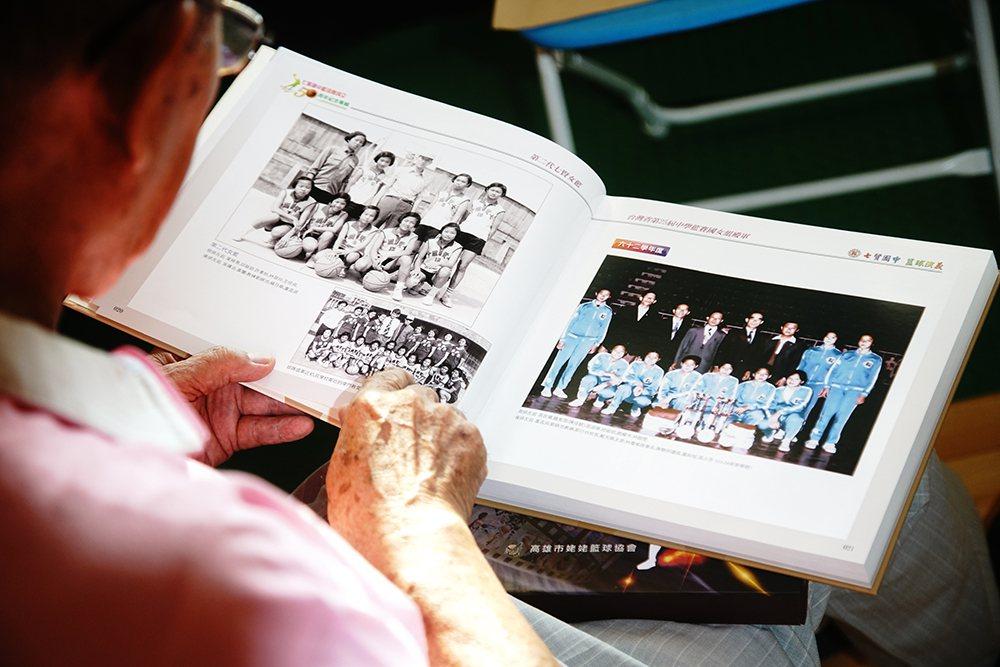 今年正逢七賢國中籃球隊成立50周年,劉錦池集結多年來的照片簡報,編製「七賢國中籃...