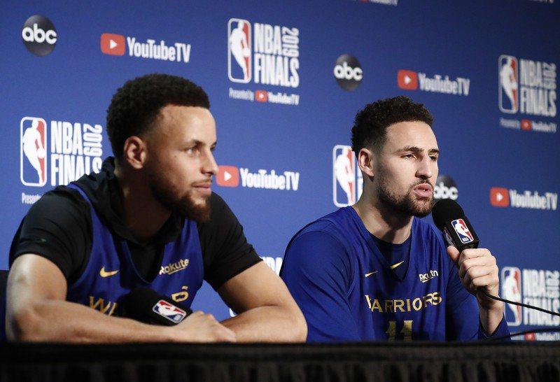 柯瑞(左)坦言聽聞湯普森(右)重傷報銷時,當場就落下男兒淚。 歐新社