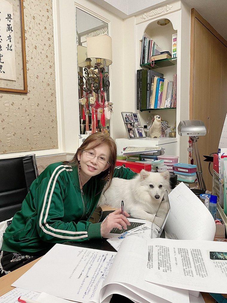 周丹薇重新當學生,大明星也要在家力努力趕論文(小狗貼心相伴)。 圖/取自50+(...