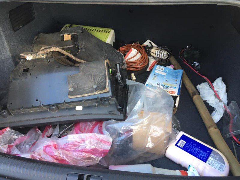 一名女網友到中古車行買車,沒想到交車後竟發現後車廂被堆放了一堆垃圾雜物。 圖/翻攝自「爆料公社公開版」