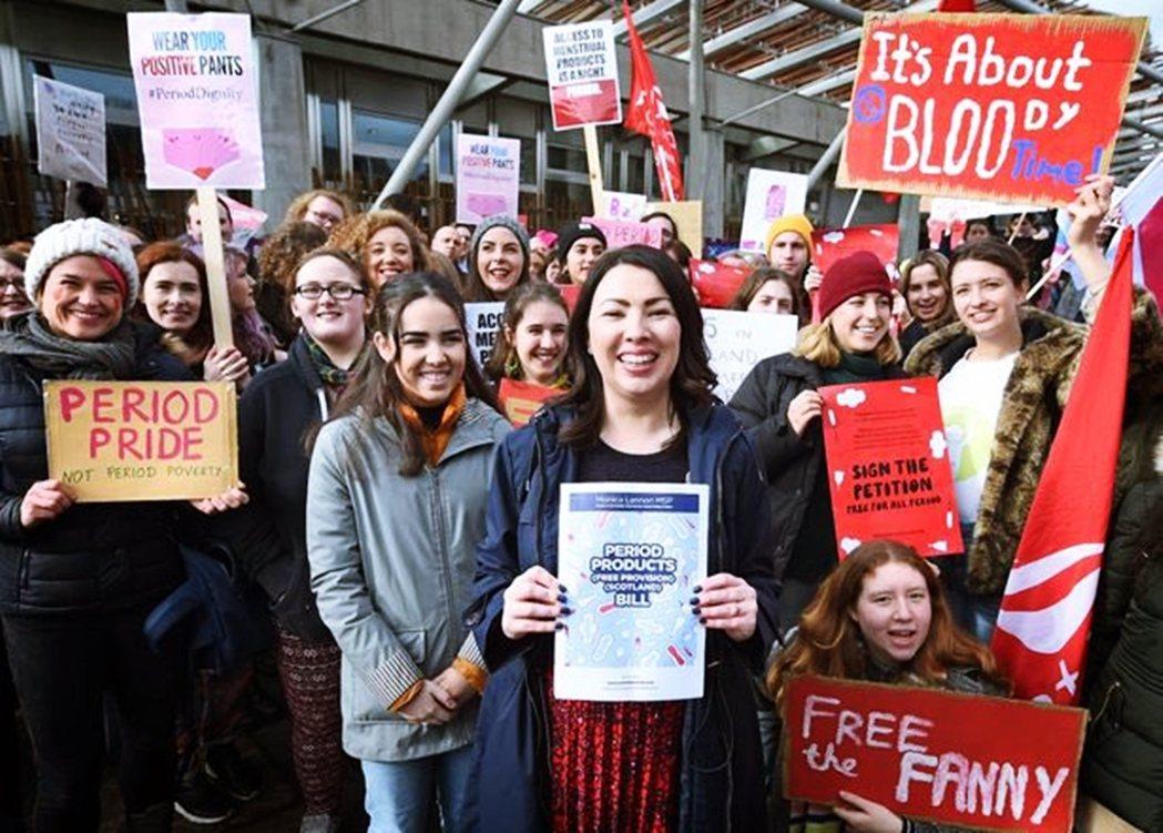 圖中央為提出立法的蘇格蘭工黨議員藍儂(Monica Lennon)。 圖/取自藍...