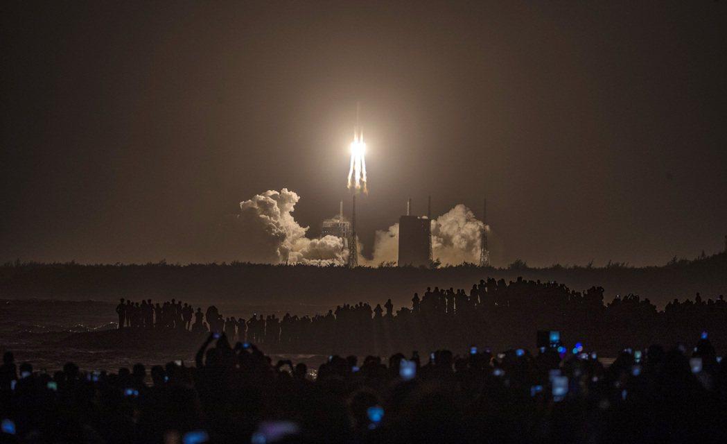 2020年11月24日,中國在海南島的文昌太空場,向月球發射了裝載著「嫦娥五號探...