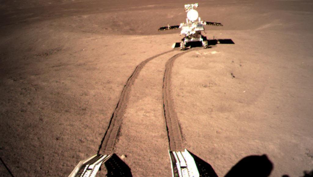中國的無人太空探測器「嫦娥四號」完成人類有史以來首次在月球背面著陸的任務。由於月...