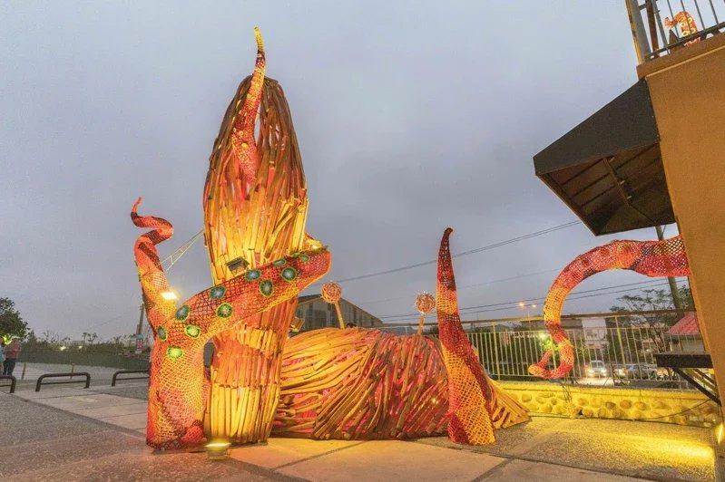 「海味十足」呈現螃蟹與大海怪搏鬥畫面,充滿生命力。 圖/新竹市政府提供