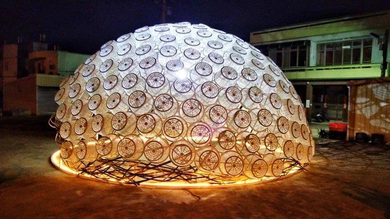 被民眾稱「大貝殼」的作品名為「共生螺旋」,以96個「古錐籃」堆疊,打造成香山盛產...