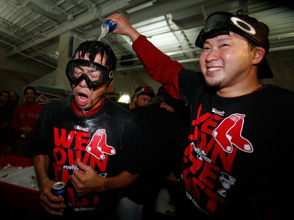 2013年紅襪隊封王,田澤純一興奮地往隊友上原浩治身上倒香檳。 圖/法新社