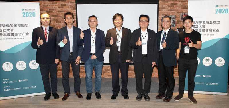 新創圖靈鏈(右一)聯手資策會(左一左二),AI金融科技協會(左三),資策會(左四左五左六)將台灣做到證書零偽造。
