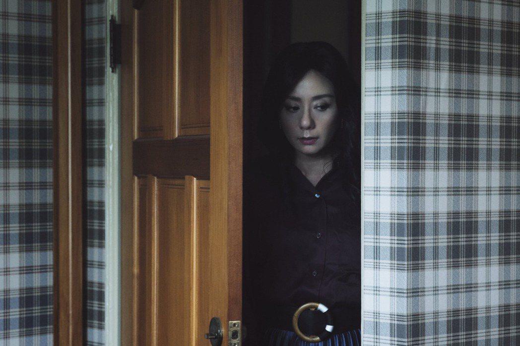 高慧君在《訪客》中飾演行徑詭異的母親。 圖/公視提供