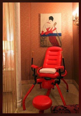 女網友全家住摩鐵,驚見電動按摩椅直搖動。圖擷自臉書「靠北住宿2.0」