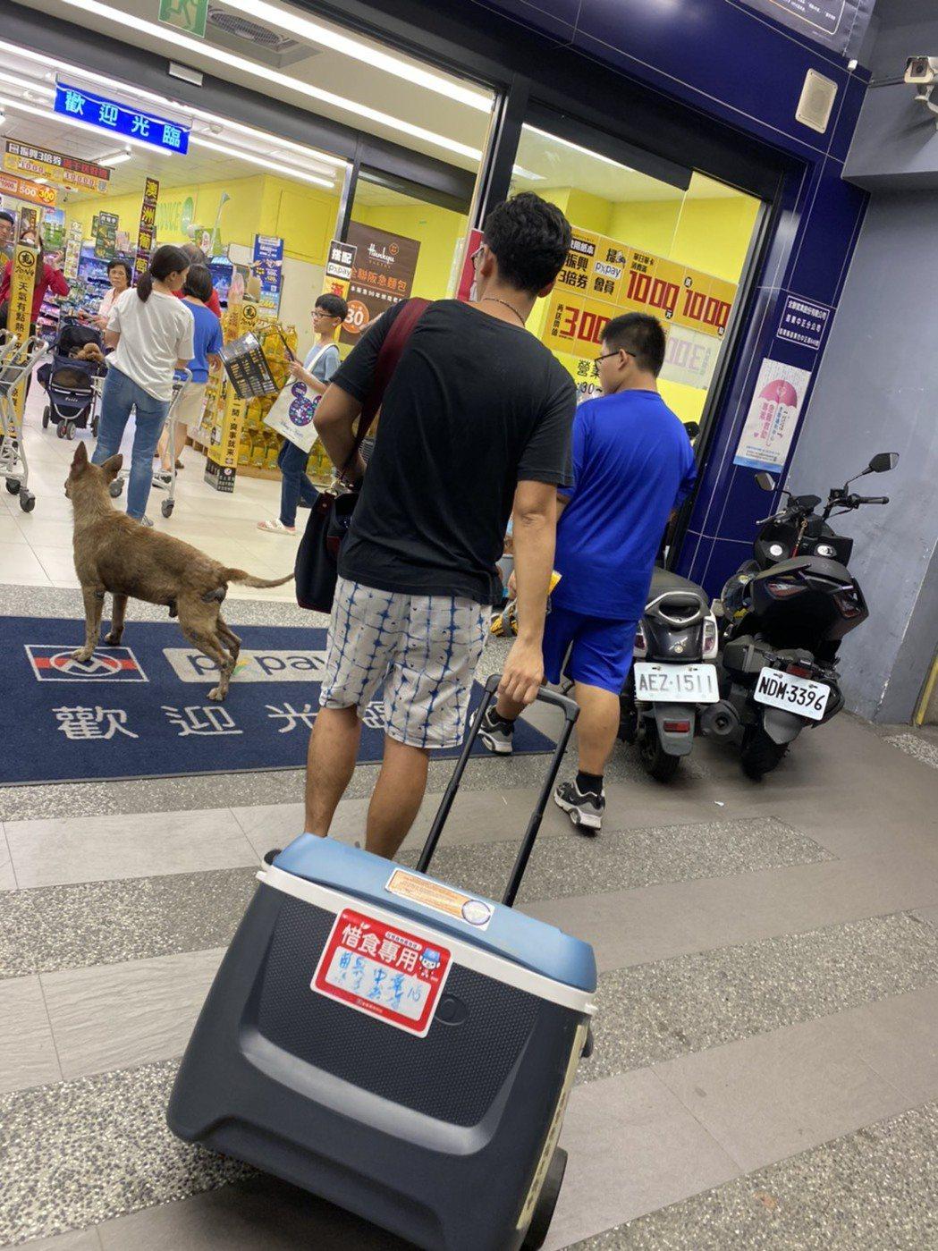 每天晚上9:30便有志工帶著冰桶到全聯超市領取即期食材。中華基督教救助協會/提供