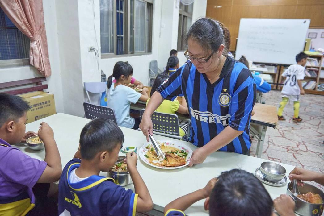鮮來厚道的高級海紅鯛宅配到陪讀班4年來已捐出3萬萬多條魚。中華基督教救助協會/提...