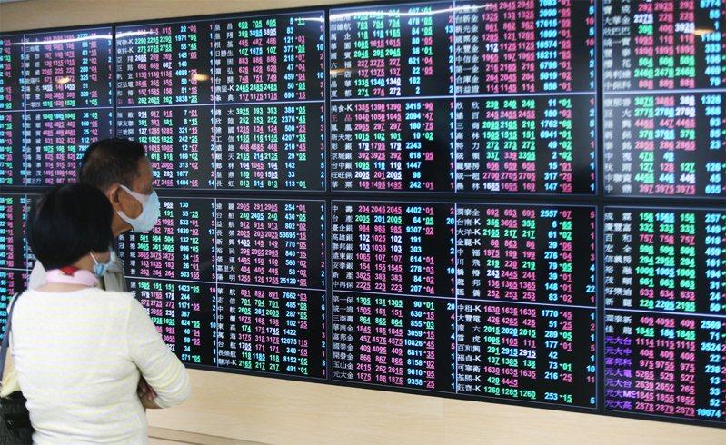 台股今日盤中再度震盪翻黑,終場下跌68.3點,收在13,738.83點,成交量2,636.13億元。聯合報系資料照