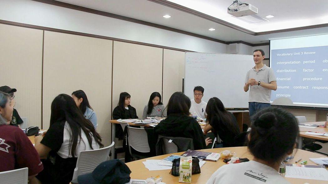 義大國際學院「國財系」,除了全英教學環境與外國師資,更與NTU合作「3+1」跨國...