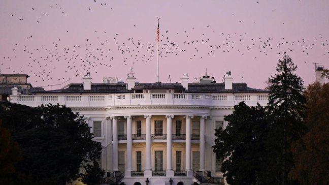 美國新舊任總統交接的變數,明年1月看起來是極為脆弱的時點。圖為美國媒體宣布拜登勝...