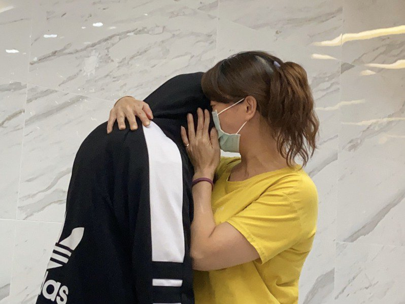 新莊失聯少女被警方尋獲帶回警分局與母親重逢,母女倆痛哭相擁。記者柯毓庭/攝影