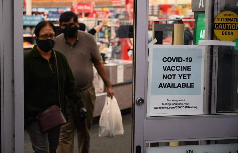 美國加州柏班克一間藥房廿三日在門口張貼「新冠疫苗尚未上市」告示。各國政府和民眾都期盼疫苗有助緩解疫情危機。(法新社)