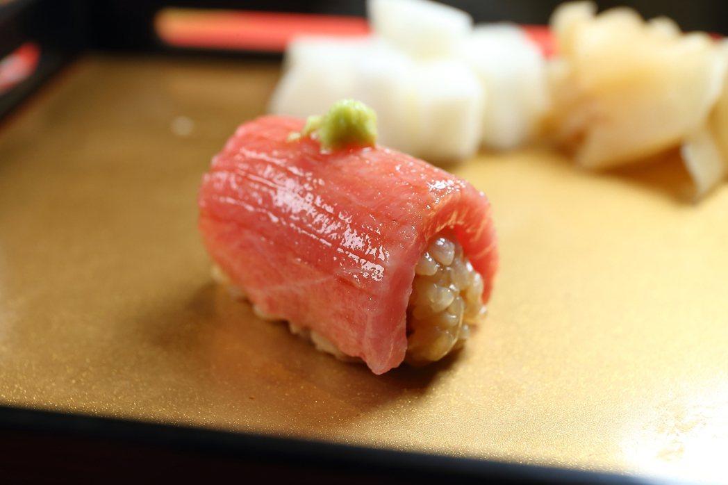 搭配赤醋飯的黑鮪魚大腹肉,上頭以日本山葵泥點綴。記者陳睿中/攝影