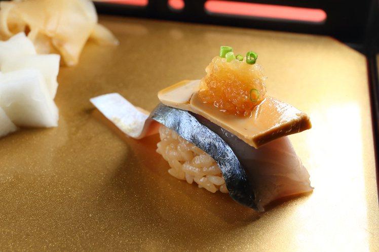 透過多種食材堆疊的「雙品壽司」,乃是阿同師傅擅長的手法之一。記者陳睿中/攝影