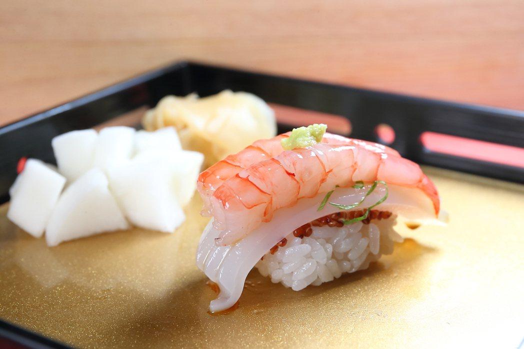 鋪料與米飯都有雙重食材的「葡萄蝦.墨魚」。記者陳睿中/攝影