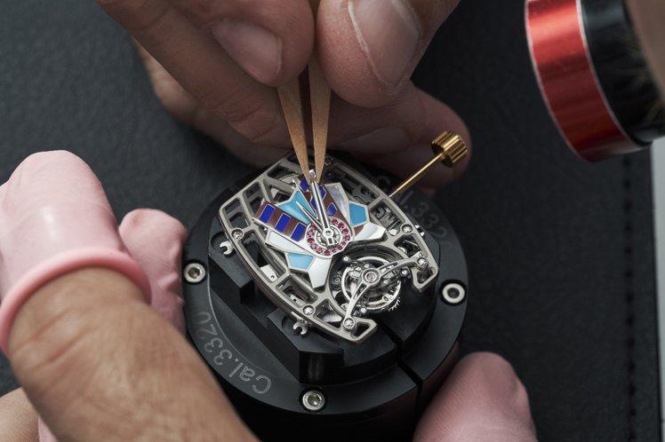 鑲嵌以迥異寶石的CRMT1自動上鍊陀飛輪機芯,將腕表賦予「護身符」的幸運意念。圖...