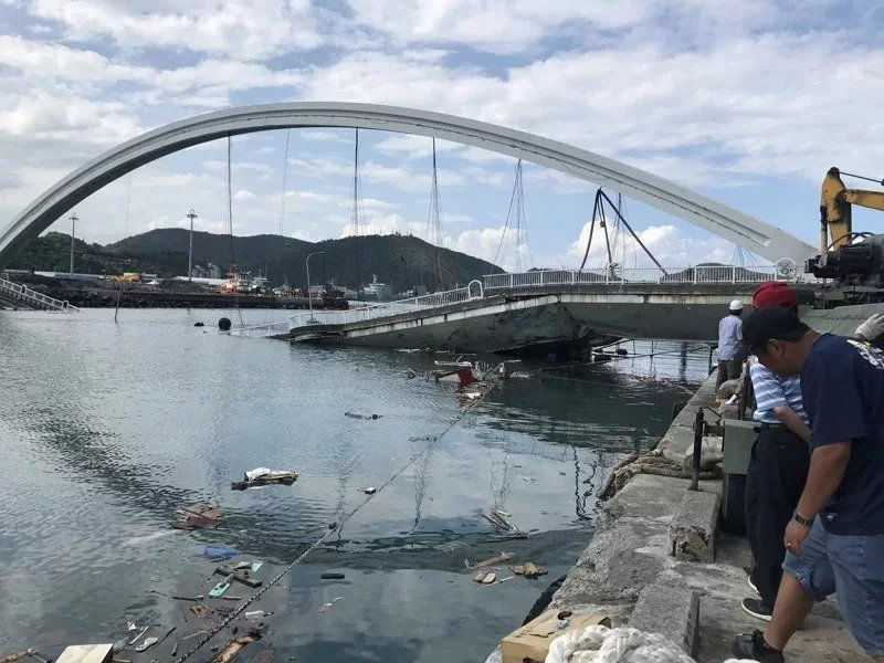 去年10月1日南方澳跨港大橋崩塌,造成六名外籍漁工罹難,12人輕重傷。本報資料照片
