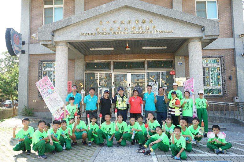 台中清水區東山國小慶祝創校50周年,昨邀在地企業和師生一起接力路跑傳遞聖火。圖/學校提供
