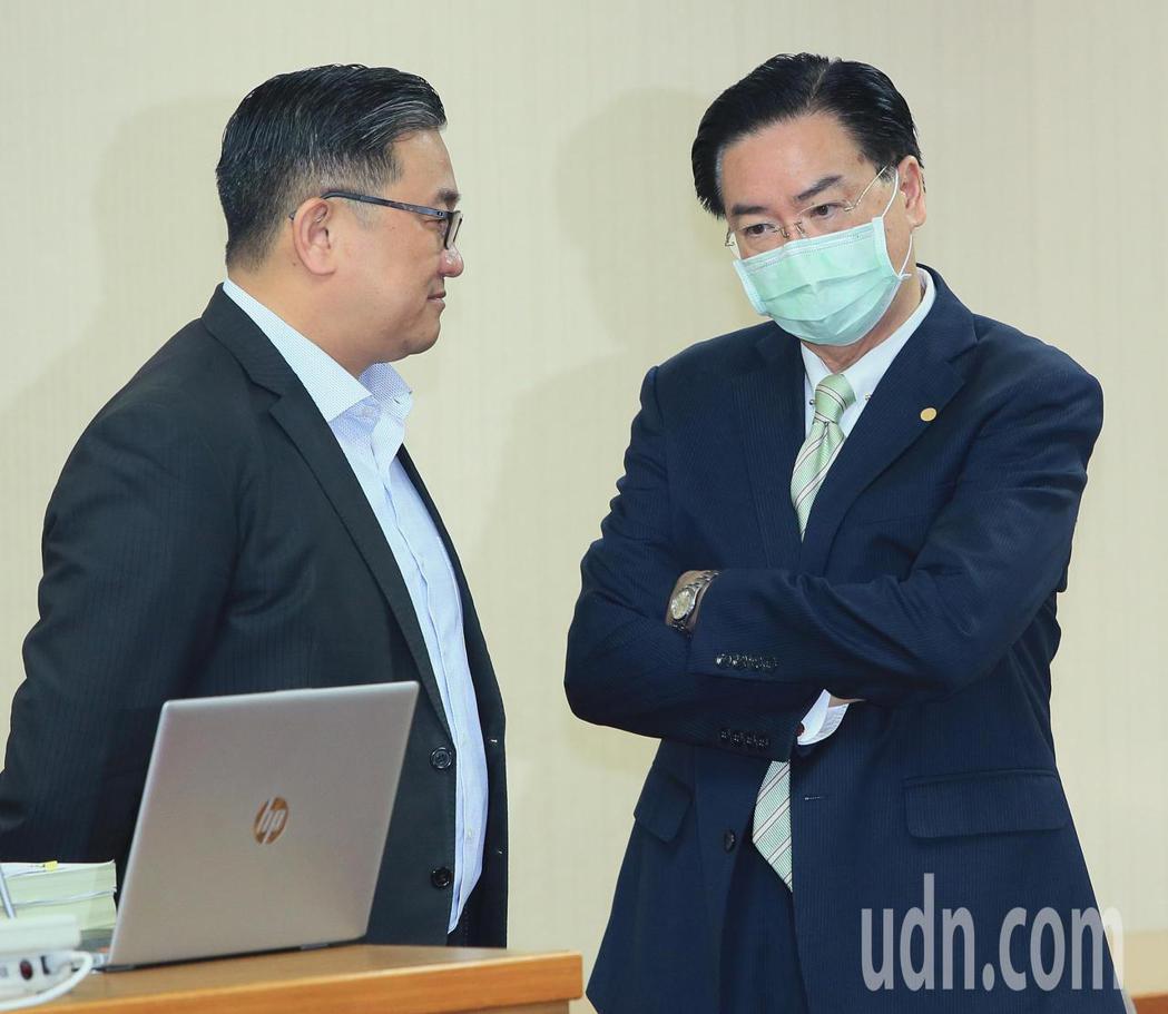 外交部長吳釗燮(右)今天出席立法院外交委員會,並與立委王定宇(左)交換意見。記者...