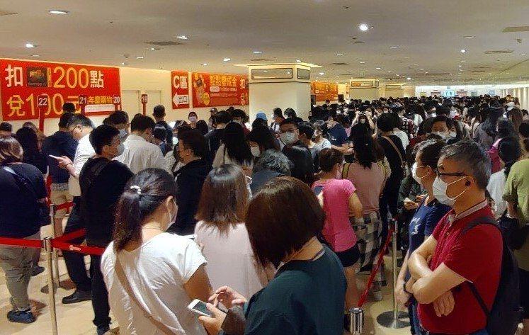 每年都引爆搶兌熱潮的新竹SOGO週年慶購物金在11月20日限量推出,當天不到6小時即搶兌一空。圖/新竹SOGO提供