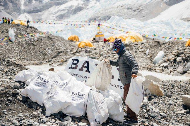 BALLY巔峰展望計畫在海拔8,848公尺高的區域,清理出2噸的垃圾。圖/BAL...