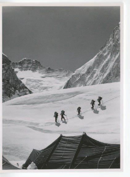 1953年丹增.諾爾蓋和艾德蒙.希拉里爵士登頂聖母峰的紀實照片。圖/BALLY提...
