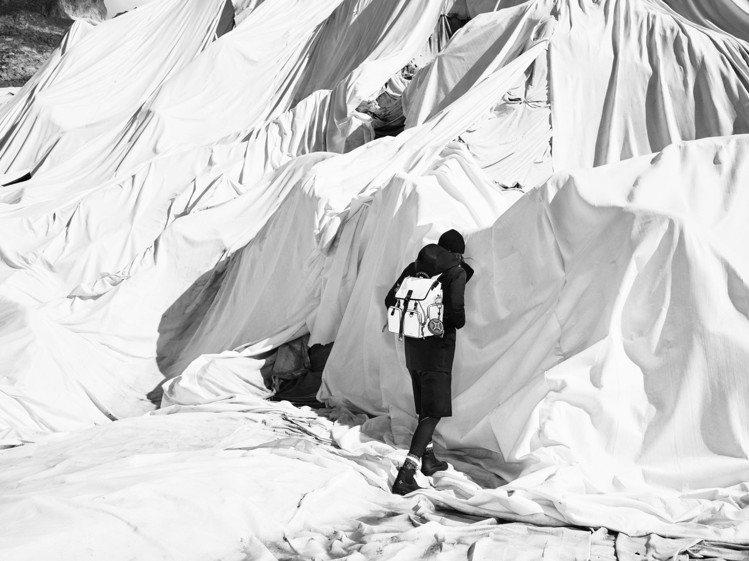 在羅納冰川拍攝的巔峰展望計畫限量商品形象圖,可以看到當地居民為了保護冰川而覆蓋的...