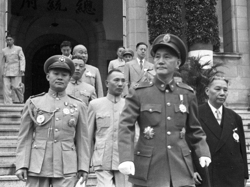 孫立人(前左)背著政府找美方告狀,美方對政府施壓,引起蔣中正(右二)極度不滿。圖/聯合報系資料照片