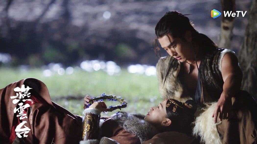 佘詩曼(左)躺在盛一倫腿上星夜談心。圖/WeTV海外站提供