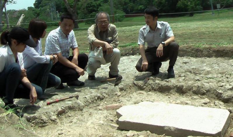 高雄市文化局在國定古蹟左營舊城進行掘出清代「索大老爺德政碑」。本報資料照片