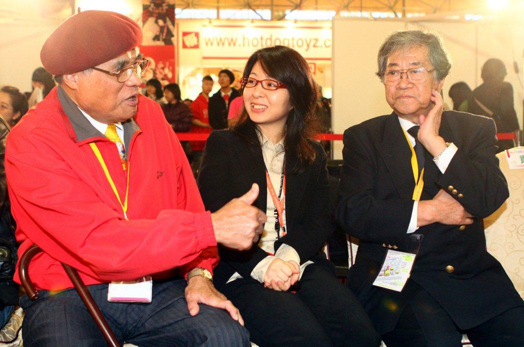 「天才小釣手」日本漫畫家矢口高雄(右)曾來台參加台北國際書展,透過翻譯,與資深漫...