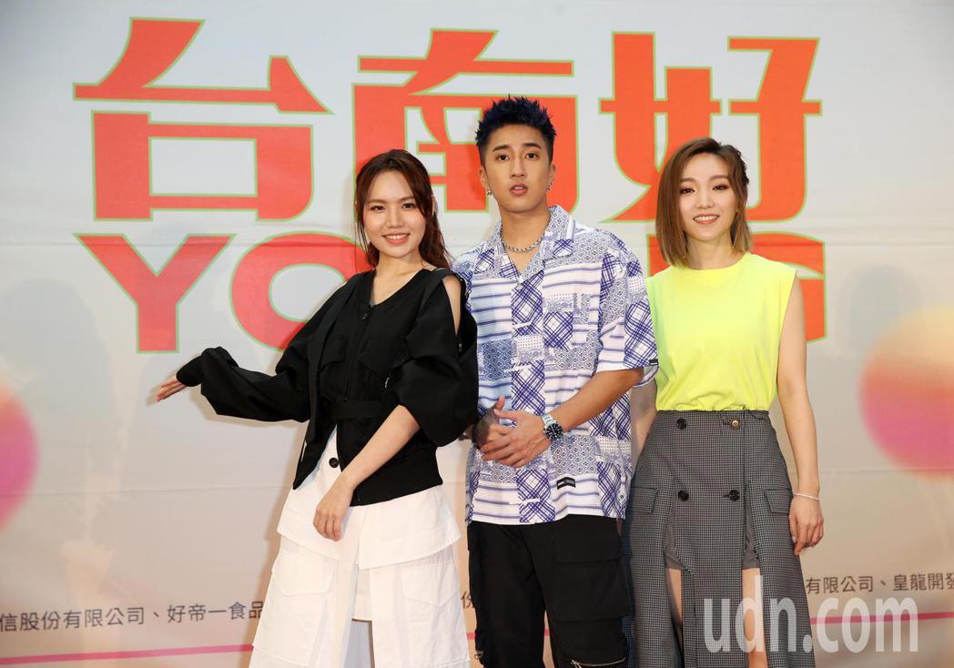 婁峻碩(中)、閻奕格(右)、文慧如(左)上午出席「台南好YOUNG」台南耶誕跨年...