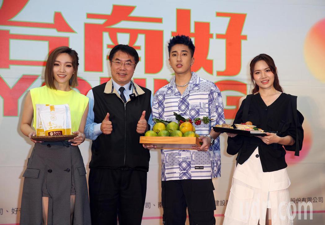 婁峻碩(右二)、閻奕格(左一)、文慧如(右一)上午出席「台南好YOUNG」台南耶...