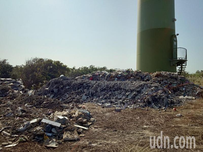 台中大安龜殼生態園區旁風力發電附近被偷倒廢棄物,中市議員施志昌今天和環保局等單位到場勘查,他要求相關單位儘速調查嚴懲。記者游振昇/攝影