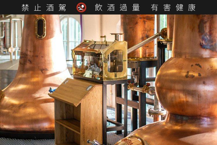 瑞典高岸酒廠僅取極短酒心,淬鍊純淨與充滿果香的新酒。圖/摘自High Coast...