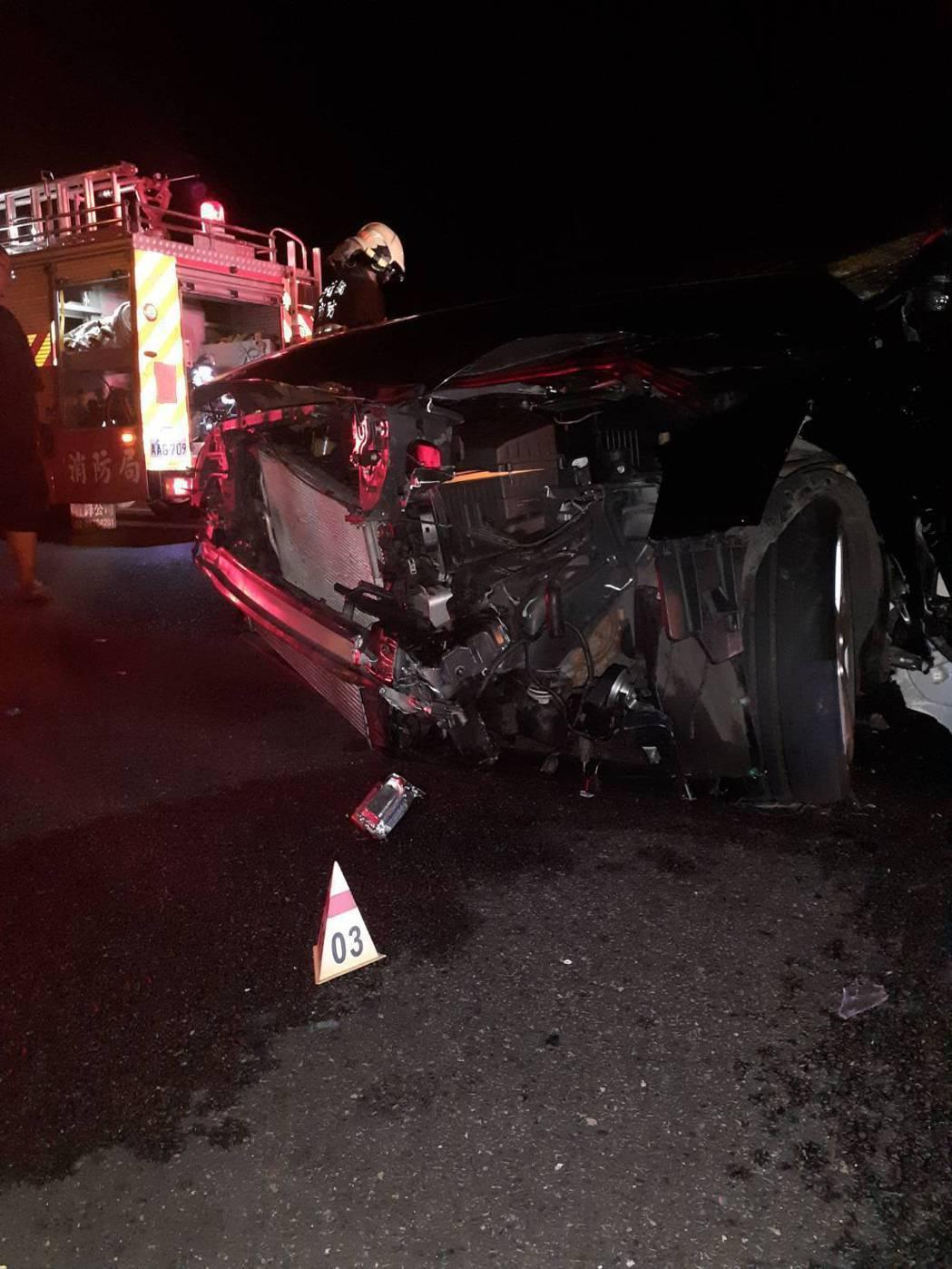 白色休旅車不慎追撞事故現場,造成下車查看的黑車駕駛李姓男子遭撞飛慘死。記者巫鴻瑋...
