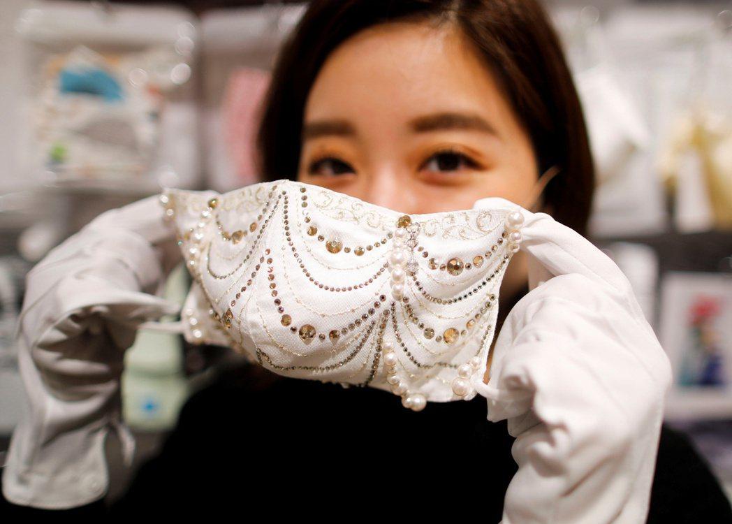 Cox員工展示公司出品的鑲鑽口罩。  路透