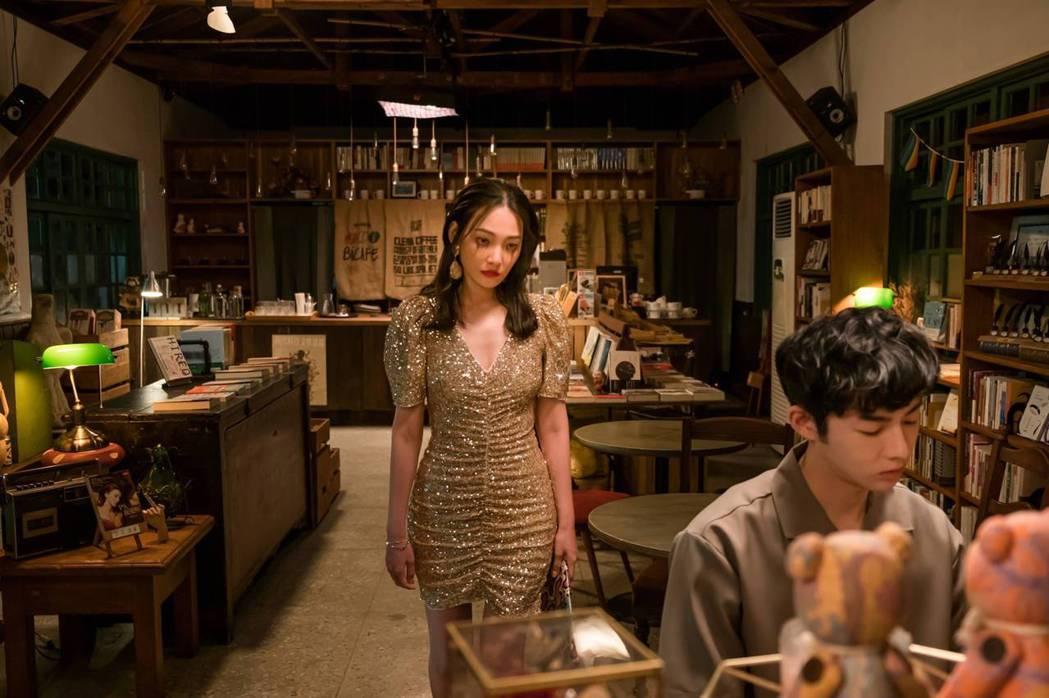 林映唯(左)在「不讀書俱樂部」中哭花妝,嚇壞蕭子墨。圖/双喜電影提供