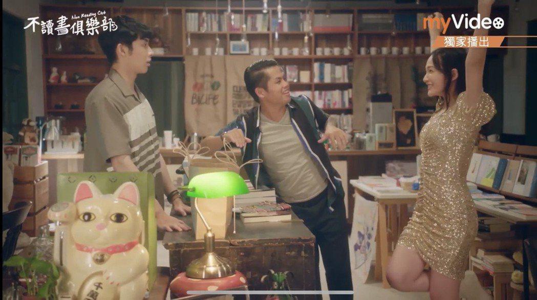 蕭子墨(左起)、張再興、林映唯演出「不讀書俱樂部」。圖/摘自youtube