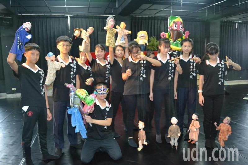 台南市崇明國中開跨領域戲劇課程,學生表演布偶戲,展現學習成果。記者鄭惠仁/攝影