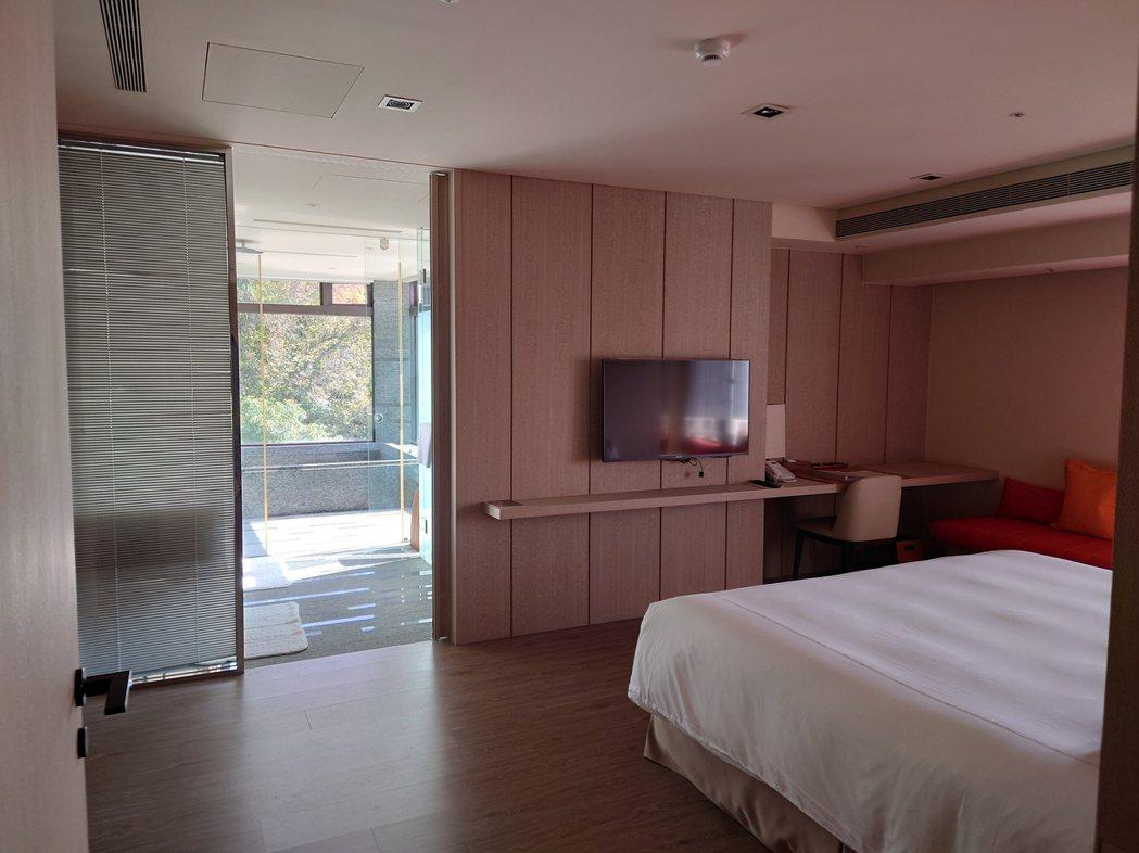 大地酒店推出「振興券增值度假提案」,凡透過官網、電話預訂住房9,600元起的一泊...
