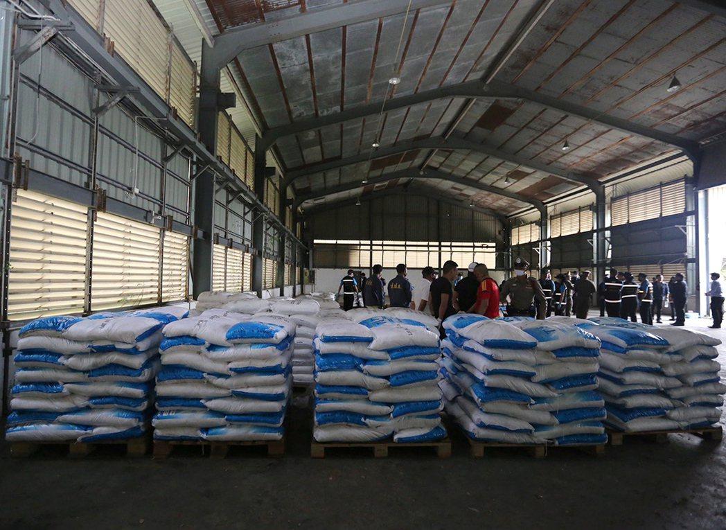 泰國12日在北柳府一處倉庫查獲數量龐大的白色粉末,但因現場測試發生技術錯誤,誤判...