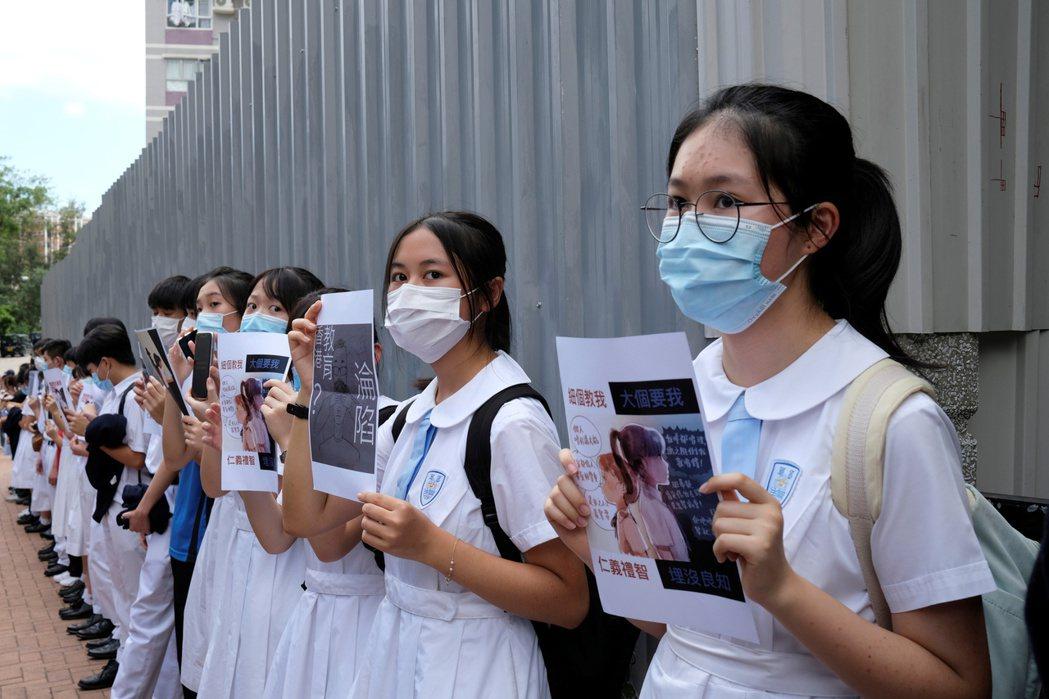 反送中抗爭爆發以來,有不少香港青年學子都積極參與。圖為今年中,香港中學生以「人鏈...