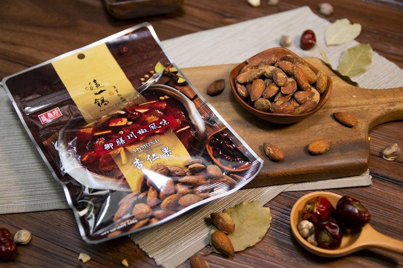 盛香珍與這一鍋聯名的御膳川椒風味杏仁果,12月18日至2021年1月7日單包特價133元、2包148元。圖/全聯福利中心提供