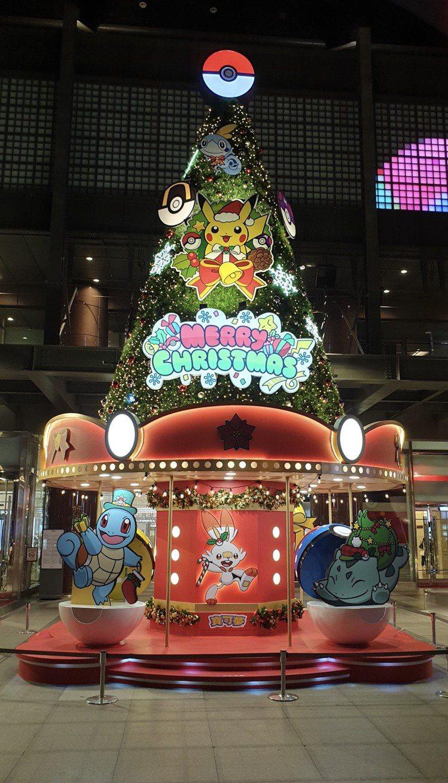 台中中港店「旋轉木馬耶誕樹」。圖/新光三越提供